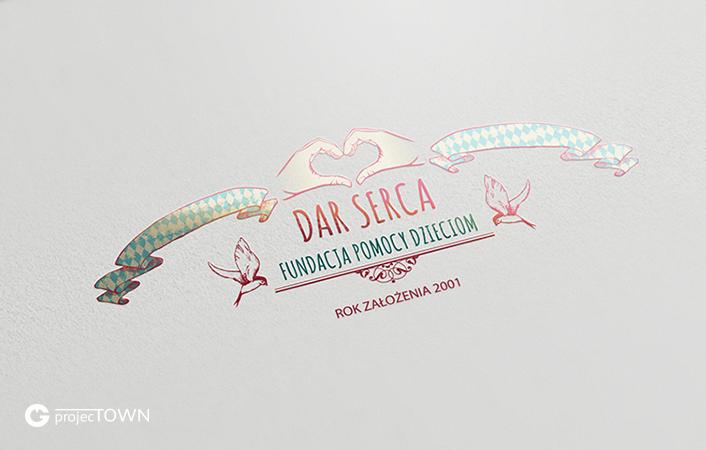 "Logo ""Dar Serca"" z lakierem UV."
