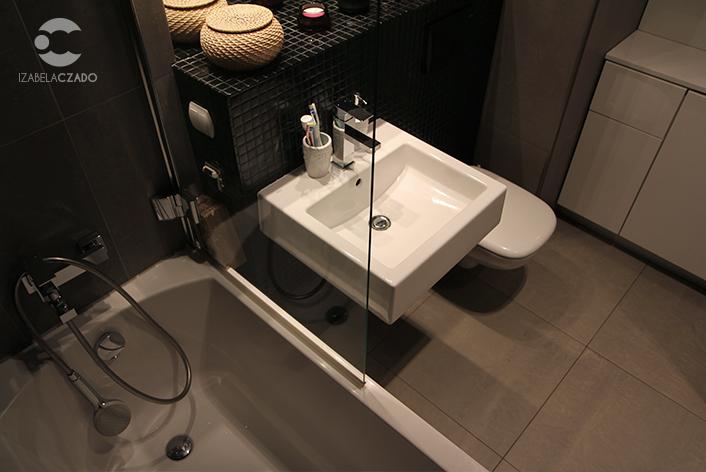 Łazienka - umywalka i wanna.