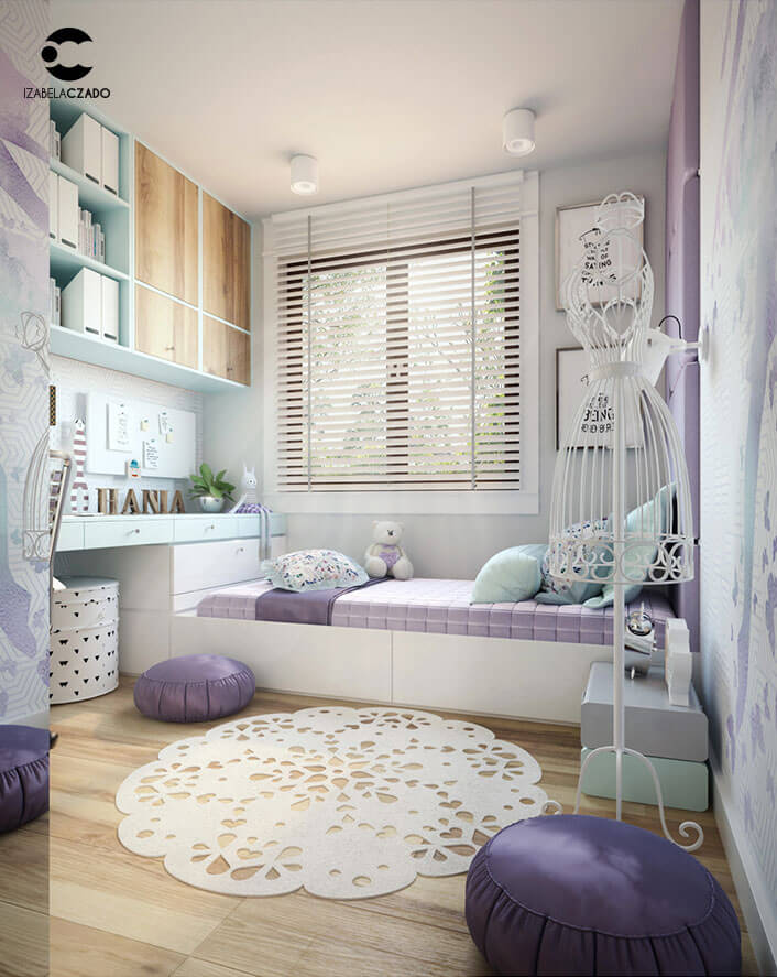 Pokój dla dziewczynki - projektantki mody. Widok na łóżko od strony wejścia.