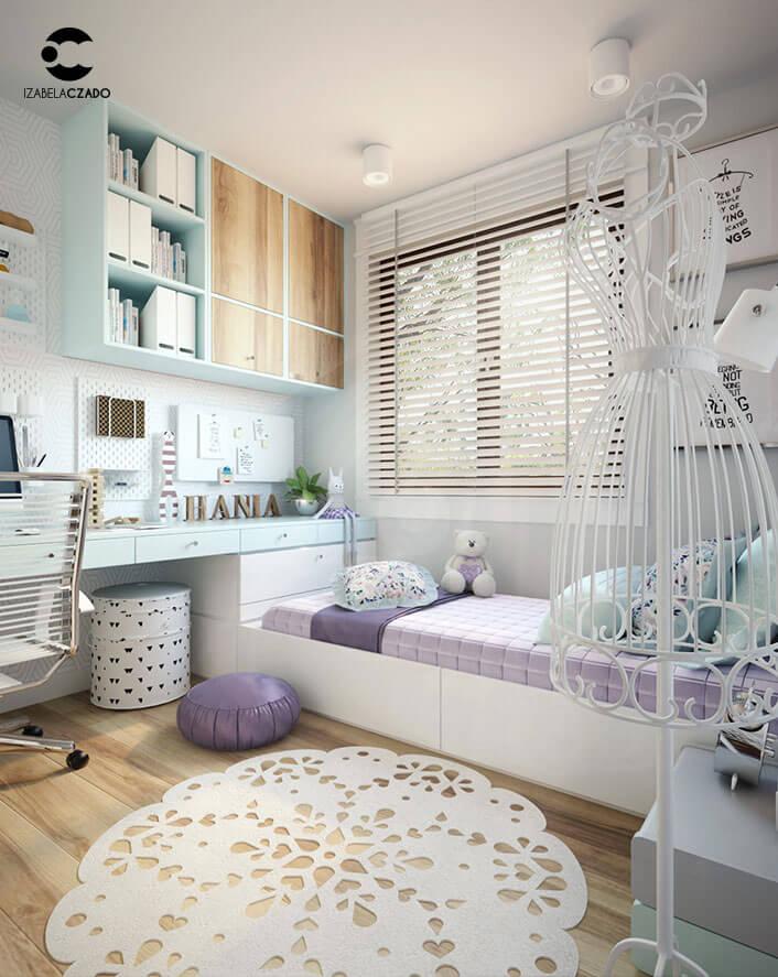 Pokój dla dziewczynki - projektantki mody. Widok na łóżko i biurko.